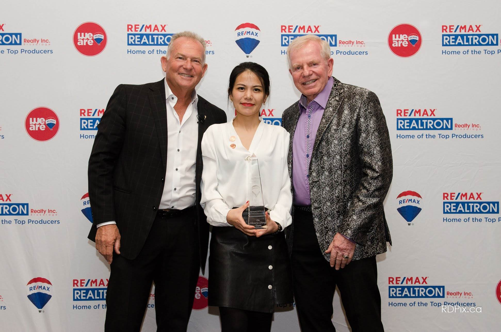 Victoria Zhang Accepting 2018 Diamond Award - Re/Max Realtron
